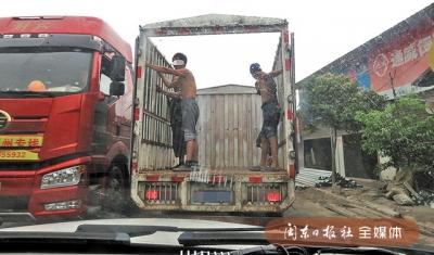 蕉城交警查处一起货车载人违法行为 4名男子手扶挡板站车厢内