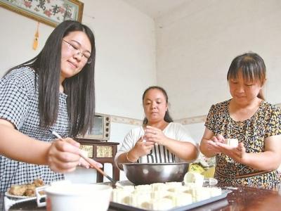 周宁县泗桥乡赤岩村组织贫困户一起制作手工月饼迎接中秋节