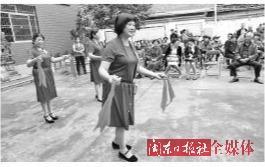 """市妇联开展以""""巾帼志愿行·浓浓重阳情""""为主题的志愿服务活动"""