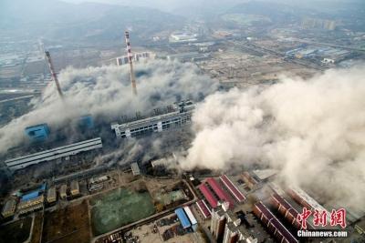 太原拆除65岁高龄热电厂 105米高建筑被爆破