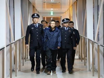 """""""百名红通人员""""王清伟回国投案 2005年外逃加拿大"""