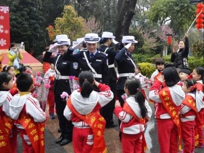 爱在宁德|福安女子护学岗中队:八年风雨护学路,天使之爱播撒全城