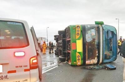 台游览车翻覆致30多人受伤 初步判定驾驶员未过劳