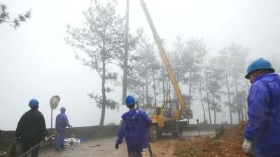 山体滑坡致电杆倒杆 12小时抢修恢复送电
