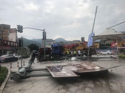 大货车鸣笛长下坡疯狂冲下 撞到摩托车推行50米才停下 幸无人员伤亡