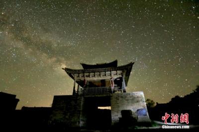 甘肃河西走廊峡口古城夏夜星光灿烂