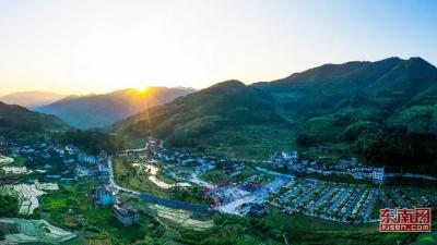 航拍白云山音乐帐篷节:青山环抱秀无边