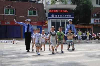 """女子护学岗中队:校园外的""""马路天使"""""""