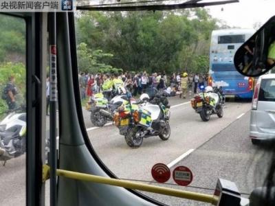 香港新界大榄隧道外两辆巴士相撞  77人受伤