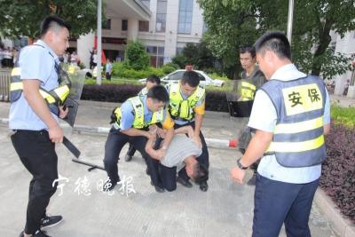 市公交公司联合公安开展反恐演练