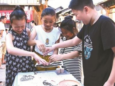 """周宁县在鲤鱼溪畔举办""""祖国颂·家乡美""""茶末画创作体验展示活动"""