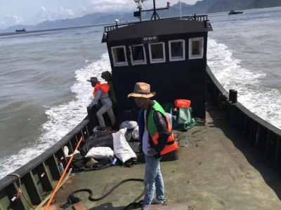 大浪打翻渔船 男子掉入海中生死未卜  亲属仍在搜救中