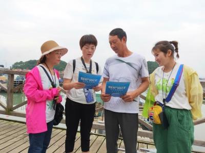 霞浦县松城街道对辖区海上渔排养殖户开展环保宣传活动