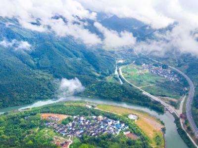 8月19日,掩映在绿水青山中的省级森林村庄——蕉城区八都镇溪池村。