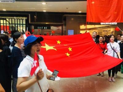 香港市民快闪齐唱国歌:我爱中国!我爱香港!