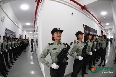 中国军网记者探访阅兵训练场 实拍女兵方队的一天