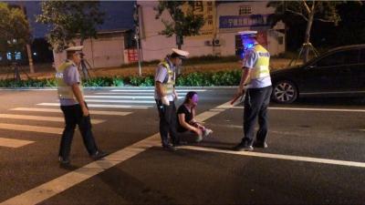 女子无证驾驶撒泼拒查被移交巡特警