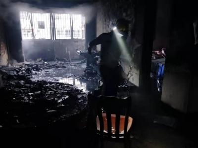 市区灵秀山庄小区一户人家起火,疑为家中9岁女孩玩打火机引发火灾