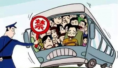 旅游中巴超员临检,驾驶员让乘客装吐下车