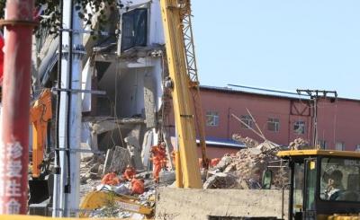 吉林白城一办公楼倒塌9人被困  1人死亡,4人仍被困