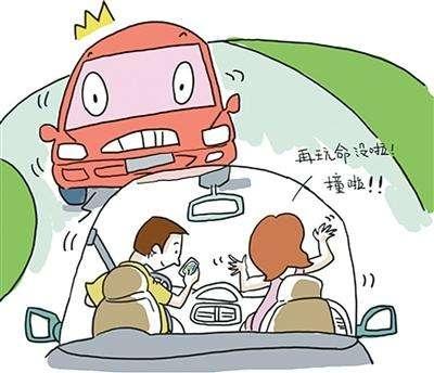 开车玩手机被网友举报