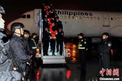 陕西警方从菲律宾押解301名电信网络诈骗犯罪嫌疑人回国