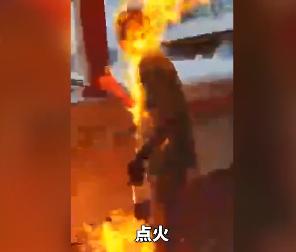 一香港市民与暴徒对质时被烧成火人