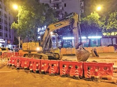市城投公司工作人员正挑灯夜战以确保尽快恢复路面通行