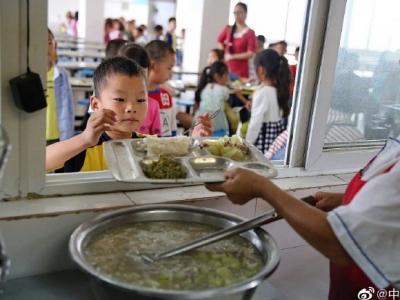 教育部:41.7万所中小学校和幼儿园落实相关负责人陪餐制度