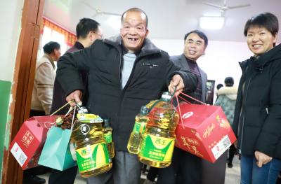 """周宁爱心企业为贫困户送上""""暖冬礼包"""""""