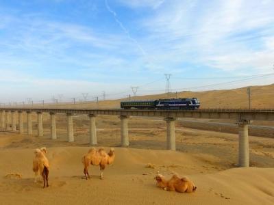 穿越无人区 敦煌铁路全线开通运营