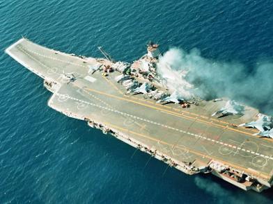 俄航母起火致1死12伤