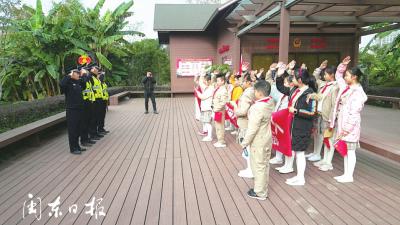 """小""""红领巾""""走进 环东湖巡防队"""