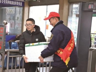 """周宁汽车站、周宁团县委组织青年志愿者开展""""青春志愿行·温暖回家路""""春运服务活动"""