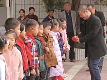 福安畲乡穆云中心小学为20位教师、72位品学兼优及困难学生发放慈善助学奖学金