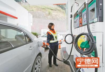 """国内油价迎来""""两连跌"""" 加满一箱油少花16元"""