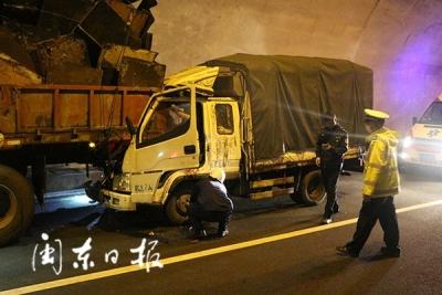 惊险!宁上高速小货车追尾半挂车,半挂车尾部撞进小货车车头!