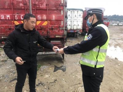福鼎交警为违法司机赠送口罩