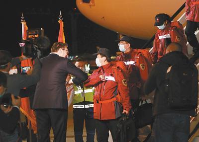 """""""铁杆朋友,风雨同行""""——中国抗疫医疗专家组抵达塞尔维亚"""