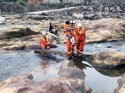 溪水上涨,6人被困蕉城大金溪   消防员架梯营救