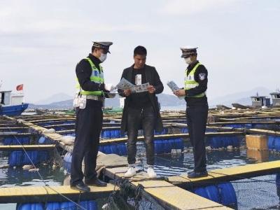 筑牢海上防线  交通安全宣传上渔排