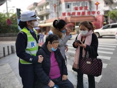 福安七旬老人出门散步不慎摔倒 民警上班途中发现及时救助