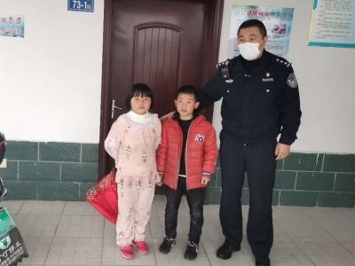 蕉城金涵:两幼童被困公厕民警及时救助