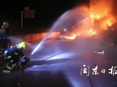 """高速上挂车起火引燃绿化带 宁德消防员化身""""雪人""""紧急扑救"""
