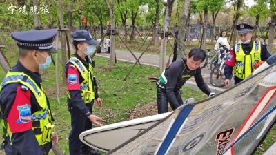 男子驾帆船游东湖   巡防队员劝阻上岸