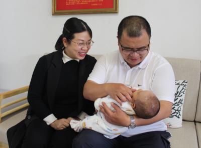 孩子出生42天后,援鄂英雄第一次见到二孩宝宝