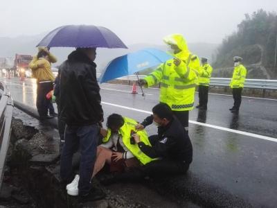 欲将车停到路边下客发生侧翻 宁德高速交警快速抢救伤员