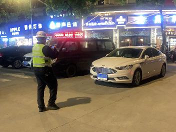 福鼎交警4月查处违停行为700余起