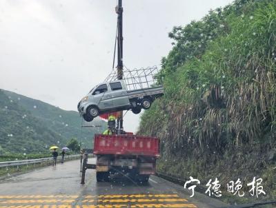货车打滑侧翻两人受伤  福鼎交警2小时施救恢复道路畅通