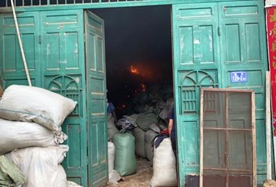 茶叶储存仓库突然着火 消防和公安联手灭火